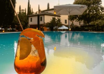 Bicchiere aperitivo bordo piscina
