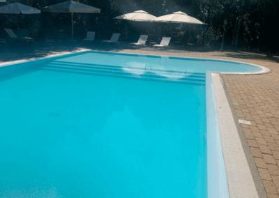 Vista piscina e lettini il podere san giuseppe