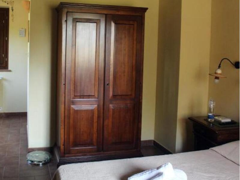 Dormire in Umbria armadio e letto junior suite