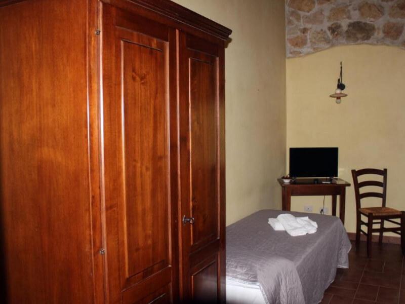 Dormire in Umbria armadio e letto singolo camera tripla con bagno privato