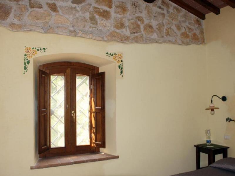 Dormire in Umbria finestra camera tripla con bagno privato