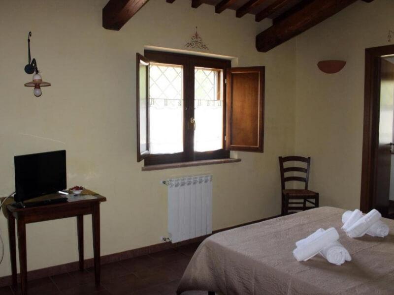 Dormire in Umbria finestra e scrivania camera matrimoniale