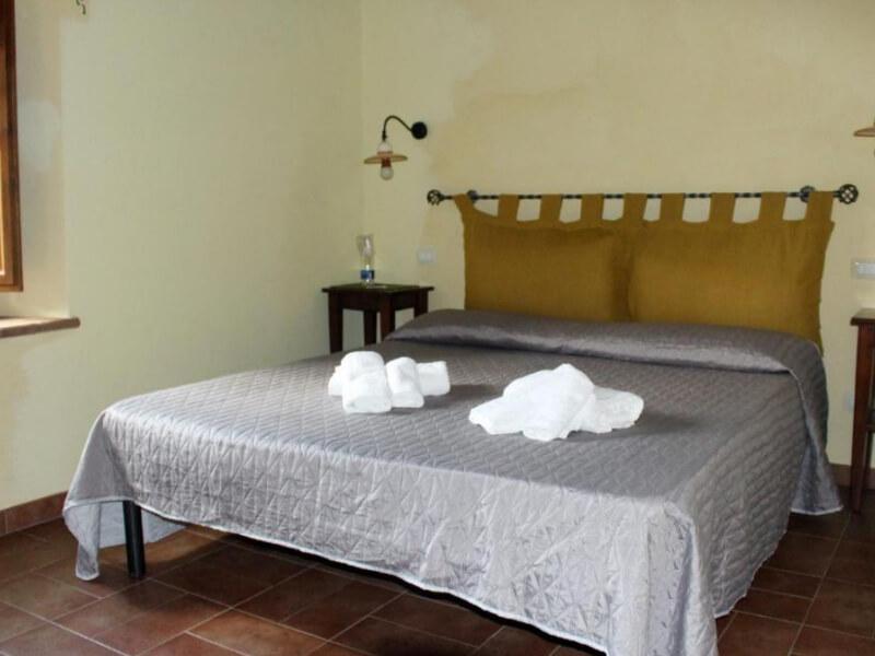 Dormire in Umbria letto matrimoniale camera tripla con bagno privato