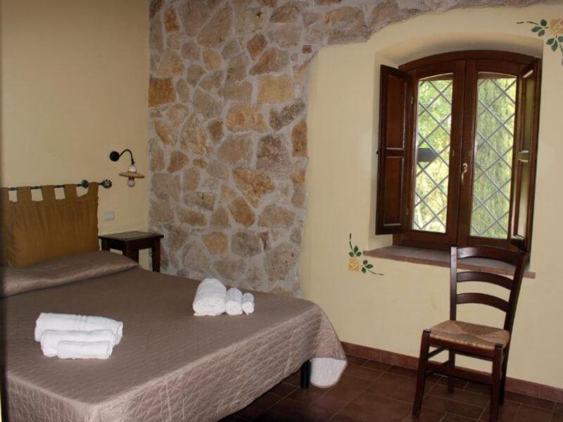 Dormire in Umbria letto matrimoniale camera tripla con vista giardino