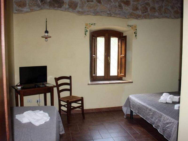 Dormire in Umbria letto singolo e matrimoniale camera tripla con bagno privato