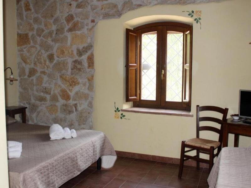 Dormire in Umbria visuale camera tripla con vista giardino
